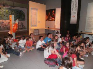 Έχοντας παρακολουθήσει την προβολή της Αρχαίας Αγοράς στην αίθουσα του Θόλου, οι μαθητές μας παρακολουθούν ένα πρόγραμμα για την ιστορία των Μαθηματικών