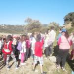 Οι Αρχαιολόγοι Τσιμπλή Ευαγγελία και Γκινάλης Αλκιβιάδης εξηγούν στους μαθητές πώς χτίστηκε ο αρχαίος οικισμός.