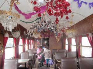 Η τραπεζαρία του τρένου.