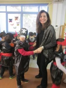 Η κυρία Λήδα μας δείχνει  χορευτικές φιγούρες...!