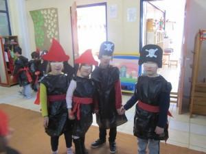 Μεταμορφωθήκαμε στο λεπτό σε μάγισσες και πειρατές...Τα παιδά τις χάρηκαν πολύ τις εναλλακτικές στολές τους...!