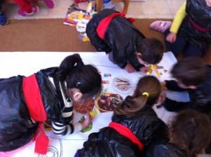Στρωθήκαμε στη δουλειά για να ζωγραφίσουμε το τραπέζι της Καθαράς Δευτέρας.