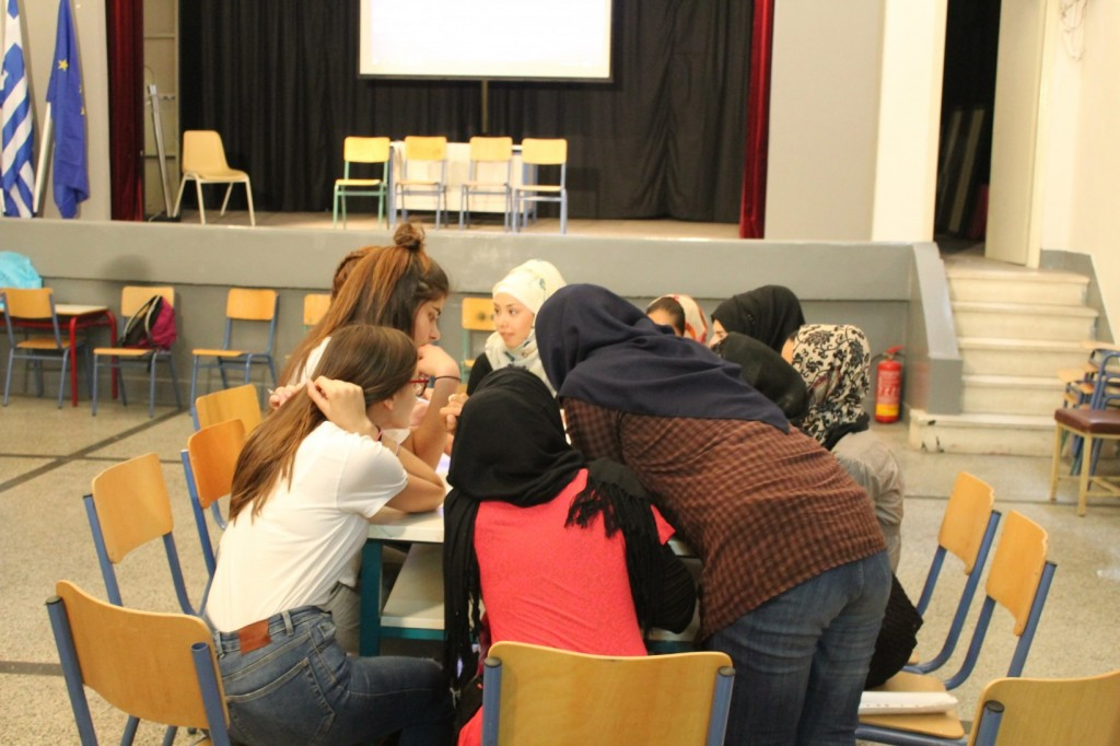 Συνεργασία μαθητών σε στρογγυλά τραπέζια
