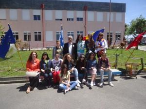 : H ελληνική αποστολή στο προαύλιο του σχολείου