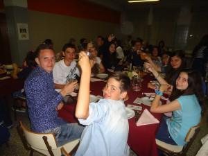 Έλληνες, Πορτογάλοι και Ρουμάνοι μαθητές διασκεδάζουν στο ίδιο τραπέζι.