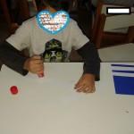 φτιάχνοντας σημαίες με μπλε χαρτί κάνσον και λωρίδες από άσπρο χαρτί Α4