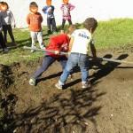 οργώνουμε το χωράφι-κήπο μας