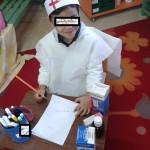γράφοντας φάρμακα για τον ασθενή...