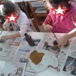 τα παιδιά βάφουν ρολά από χαρτί υγείας για να φτιάξουμε ταρανδάκια και χιονάνθρωπο