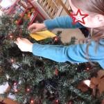 στολίζοντας το δέντρο μας