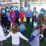 """πιασμένα και ενωμένα όλα τα παιδιά γύρω από τη γη τραγουδήσαμε το """"Ελάτε να γίνουμε φίλοι"""""""