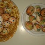 αυγά άδεια ζωγραφισμένα με μπατονέτα και ακρυλικά χρώματα και αυγά με ντεκουπάζ από χαρτοπετσέτα