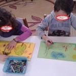 ζωγραφίζοντας τα φαναράκια με κηρομπογιές ή λαδοπαστέλ