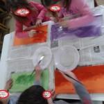 αλείφοντας το χαρτόνι με σπορέλαιο για να γίνει σαν χαρτί τρανσπάρεντ