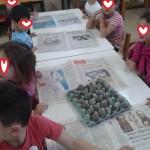 βαφόντας τα αυγά από χαρτοπολτό