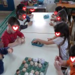 διακοσμώντας τα βρασμένα αυγά με κηρομπογιές