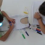 ζωγραφίζοντας άσπρα μπλουζάκια