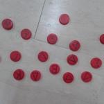 τα κόκκινα είναι τα καπάκια με το αρχικό γράμμα