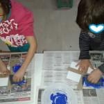 φτιάχνοντας σημαίες με την τεχνική του σφουγγαριού και τέμπερα μπλε