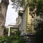 Προεδρικό Μέγαρο. Ο κορμός του κτηρίου διακόπτεται από οριζόντια κυματοειδή γείσα στις στάθμες των ορόφων, ενώ οι γωνίες διαμορφώνονται από ψευδογωνιόλιθους.