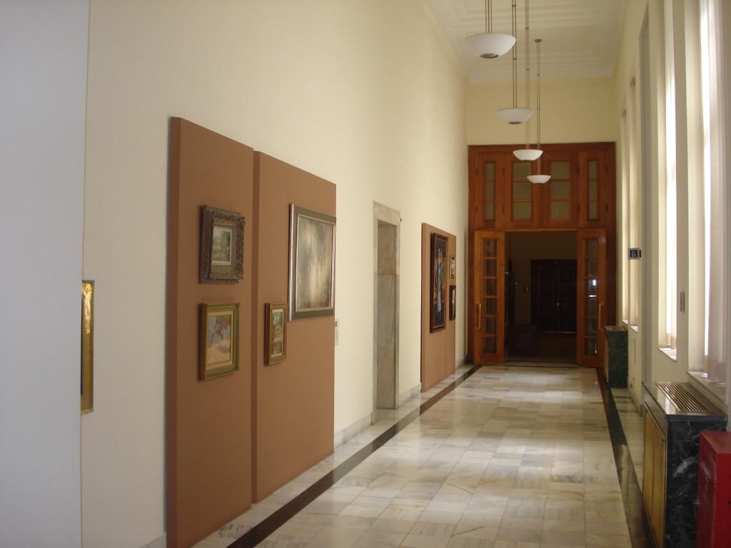 Διάδρομος της Βουλής, διακοσμημένος με έργα από τη συλλογή της.