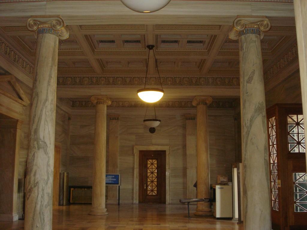 Η κύρια -δυτική- είσοδος της Βουλής.