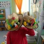 Ένα παιδί καμαρώνει με τα καπέλα του.