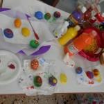 Βάφουμε τα αυγά με τέμπερα και έπειτα τα στολίζουμε με σχέδια.