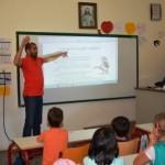 Διδασκαλία στην νοηματική γλώσσα. Η διδασκαλία έγινε σε μαθητές της Α΄τάξης του Σχολείου Ακρινής και Αθήνας.
