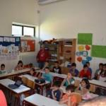 Παρακολουθούν οι μαθητές του Δημοτικού Σχολείου & οι Εκπαιδευτικοί. Οι μαθητές έχουν χωριστεί σε ομάδες.
