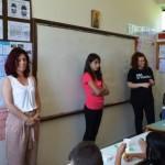 Διδασκαλία εικαστικών σε όλους τους μαθητές, τους οποίους έχουμε χωρίσει σε ομάδες σε παράλληλα τμήματα.