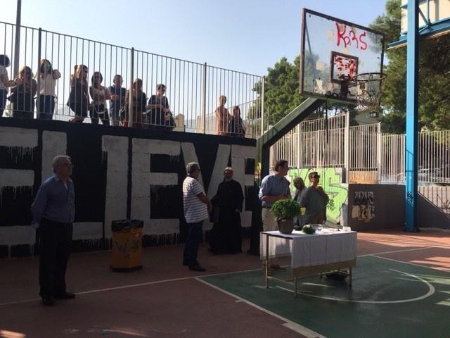 Ο Δήμαρχος, κ. Ζαμάνης, εύχεται στους μαθητές. Διακρίνονται ο Λυκειάρχης, κ. Ρέτσης, ο πατήρ Δαυίδ και η Διευθύντρια του Γυμνασίου, κα Πολίτη