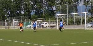 Η παίκτρια του Γυμνασίου Ιάσμου (με τα πορτοκαλί) σουτάρει και διπλασιάζει το σκορ : Γυμνάσιο Ιάσμου - 4ο Γυμνάσιο 2 - 0