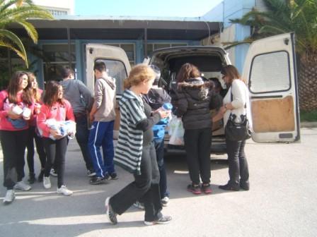 Μεταφορά τροφίμων στο φορτηγάκι του Δήμου