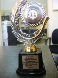 Η τιμής ένεκεν πλακέτα που απένειμε το 1ο ΕΠΑΛ Πειραιά στο Ζάννειο Πειραματικό Γυμνάσιο για την διοργάνωση του Διασχολικού Ομαδικού Πρωταθλήματος Γυμνασίψν Λυκείων Πειραιά