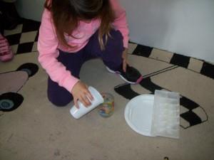 κάναμε και πειράματα με τα παγάκια...σκεφτήκαμε τρόπους για να κάνουμε ένα παγάκι να λιώσει... δοκιμάσαμε να λιώσουμε ένα παγάκι βάζοντας το σε ένα ποτήρι με νερό....
