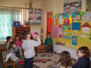 Παίξαμε παιχνίδι με το μπαλάκι και το μεγάλο κεφάλι του κλόουν (προσπαθούμε να βάλουμε το μπαλάκι στο στόμα του κλόουν)..ένα παιχνίδι που μας άρεσε πάαααααρα πολύ!