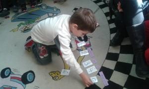 Χρησιμοποιήσαμε καρτέλες με αριθμούς και κάτω απο κάθε λεξούλα του τίτλου, βάλαμε τον αριθμό που δείχνει τη σειρά της....