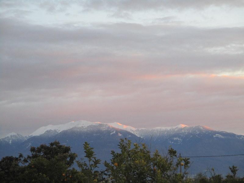 Οι χιονισμένες βουνοκορφές που λατρεύω να χαζεύω τον χειμώνα από τα παράθυρα του σχολείου
