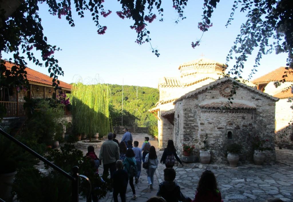 περπατώντας στην εσωτερική αυλή προς το ναό