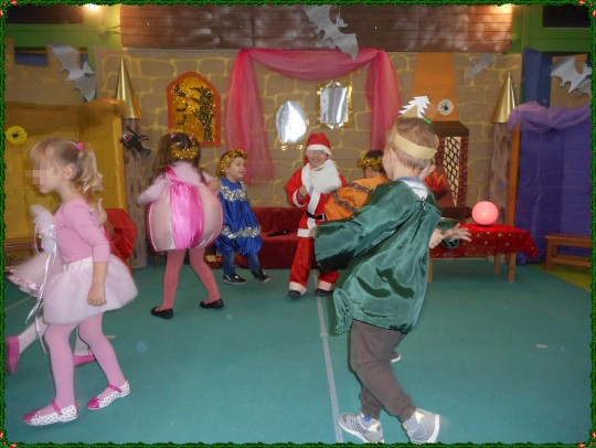 Ο χορός των δώρων,των ζαχαρωτών,των δένδρων και του Αι-Βασίλη...