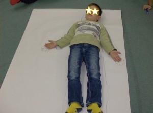 Ο Ν.Μ έγινε το αγόρι καιρός και αποτυπώσαμε το σώμα του στο χαρτί