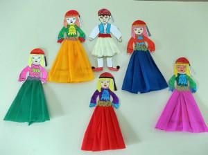 Ντύσαμε τις Ελληνοπούλες με μακριές φούστες και τα τσολιαδάκια με τη φουστανέλα τους, χρησιμοποιώντας γκοφρέ χαρτιά σε διάφορα χρώματα.