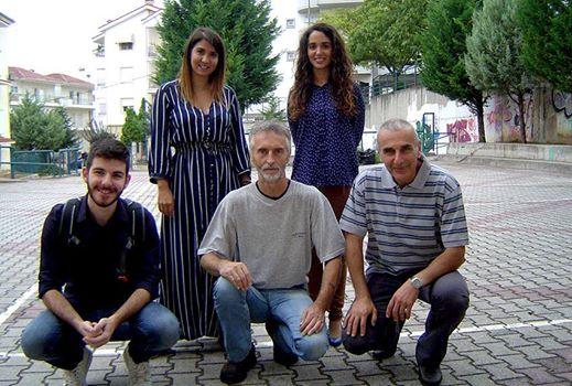 Αναμνηστική φωτογραφία έξω από την Αίθουσα Εκδηλώσεων. Όρθιες αριστερά: Καλλιόπη Γρηγοριάδου, Δέσποινα Κουλέτσου. Καθιστοί: Νικόλαος Μανώλας, Θανάσης Καλλιανιώτης, Ανδρέας Αθανασιάδης