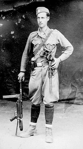 Ο γυμνασιόπαις Σωτήριος (Τάκης) Τάρης από τη Βλάστη, κάτοικος Αργυροπουλίου Τυρνάβου. Με το ψευδώνυμο Παπαφλέσσας κατατάχτηκε από τους πρώτους στον ΕΛΑΣ Ολύμπου. Εκτελέστηκε από τους πρώην συντρόφους του αργότερα ως μη συμφωνών