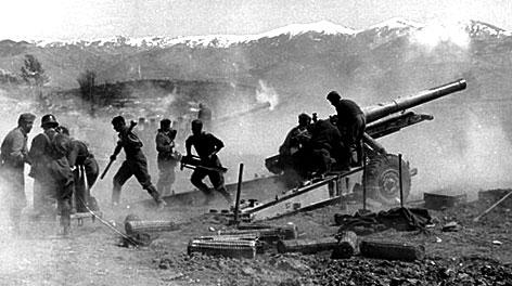 Γερμανικό Πυροβολικό στον Τσιαρτσιαμπά Κοζάνης βάλει εναντίον οχυρωμένων στις όχθες του Αλιάκμονα Αυστραλών και Νεοζηλανδών