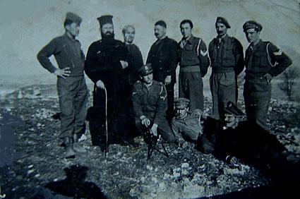 Κοινοτική εξουσία, αγροφύλακες και χωροφύλακες το 1949 στο λόφο του Αγίου Προδρόμου Αιανής. Αντιμετώπισαν αναποτελεσματικά όλες τις επιδρομές του ΔΣΕ στο χωριό, ιδιαίτερα την τελευταία το φθινόπωρο του 1948 που επιστρατεύτηκαν νεαρά κορίτσια