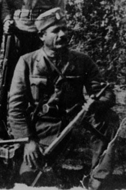 Ο διμοιρίτης του ΕΛΑΣ και λοχαγός μετέπειτα του ΔΣΕ Χρήστος Νομικός το Σεπτέμβρη του 1943 στην Καισαρειά Κοζάνης. Κρατά γερμανικό αυτόματο στάγιερ, ενώ στη ζώνη του έχει γερμανική χειροβομβίδα και πιστόλι