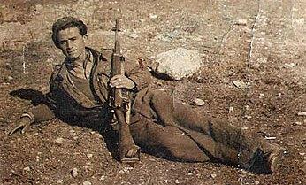 Στρατιώτης των ΛΟΚ από την Αιανή αναπαύεται σε διάλειμμα των μαχών του κυρίως Εμφυλίου Πολέμου 1946 -49