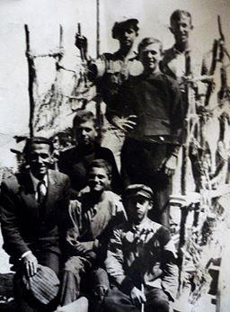 Αθανάσιος Π. Τζελαπτσής όρθιος μπροστά, Βασίλειος Καρακούλας 2ος από αριστερά καθιστός και  Ζήσης. Θ. Γκουργκούτας 3ος   από αριστερά καθιστός το 1943 στα μεταλλεία Ροδιανής (Ιδιωτική Συλλογή Αθανασίου Τζελαπτσή)